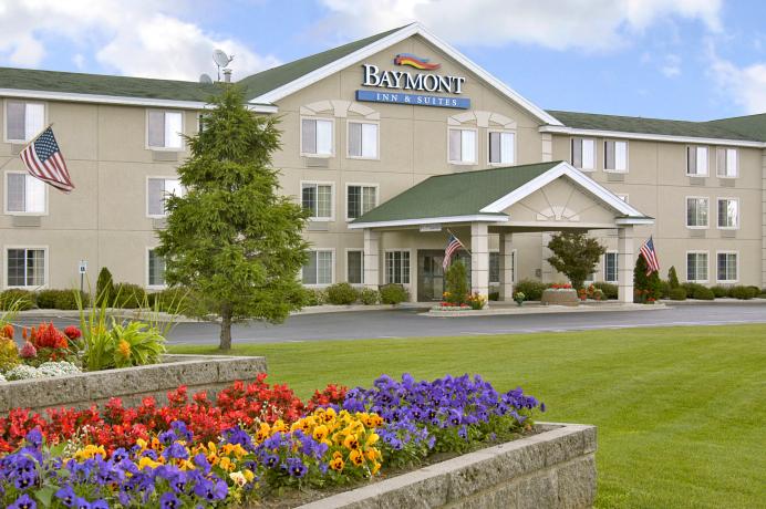 Baymont_Inn_and_Suites_Mackinaw_City_MI[1]